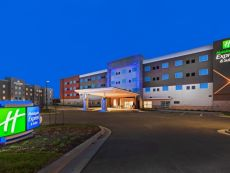 Holiday Inn Express & Suites Lenexa - Overland Park Area