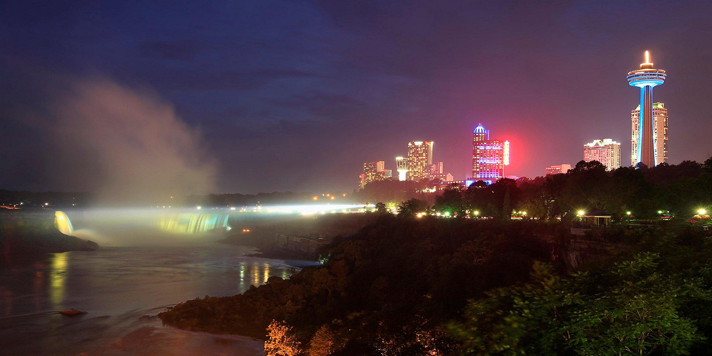 Niagara Falls Canada Hotels With Falls View Holiday Inn Niagara Falls By The Falls