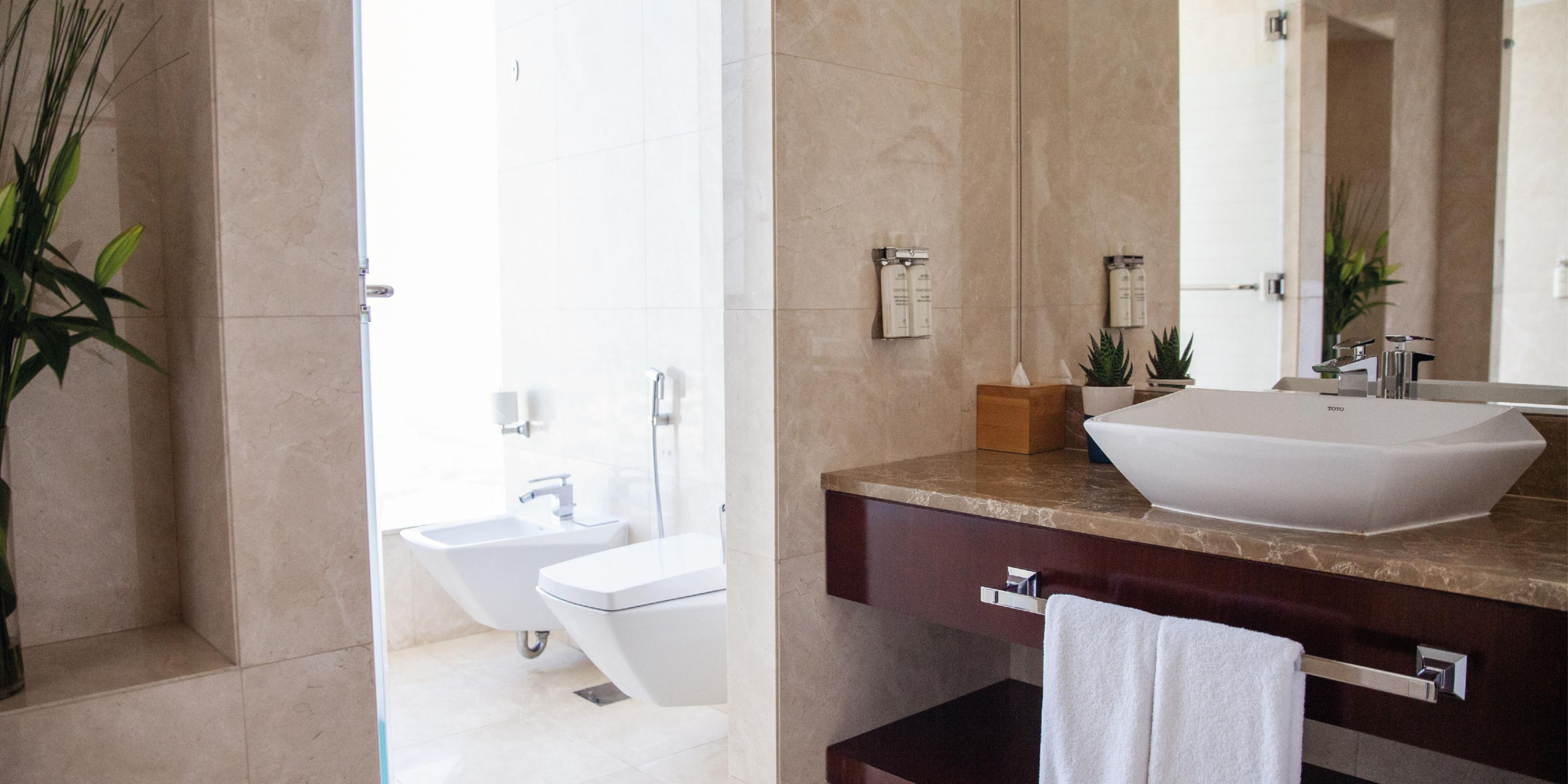 Executive Suite Scenic bathroom, with views of Sheikh Zayed Road