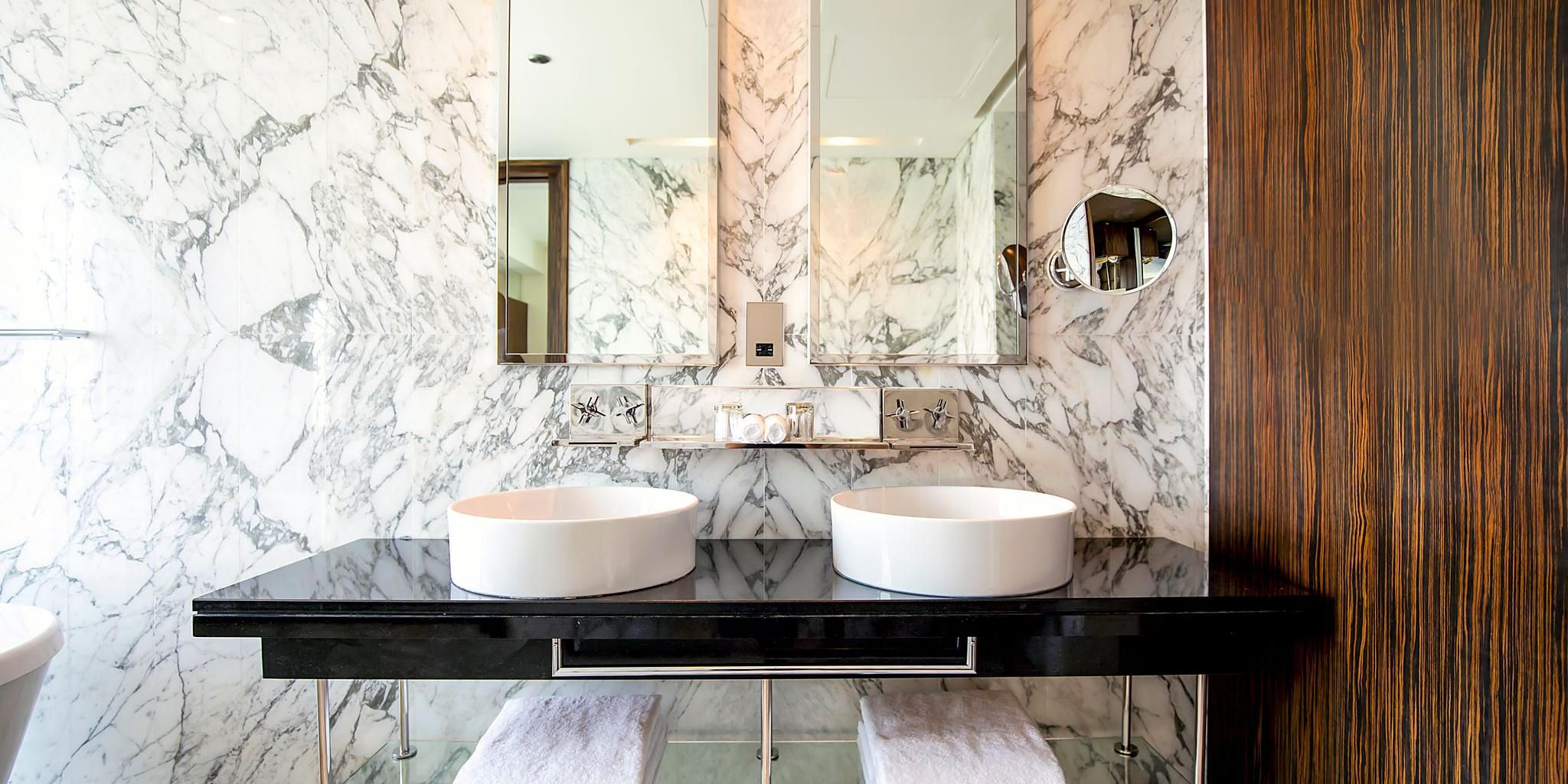 Double mirrors and sinks of Deluxe suite, perfect for families