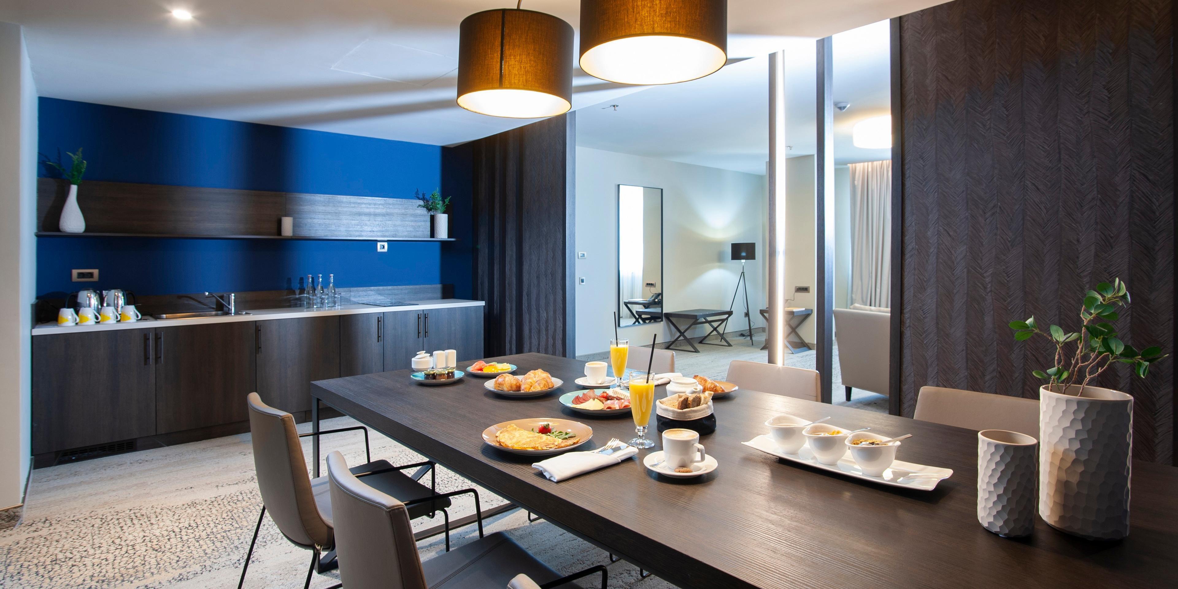 2 bdrm suite 2 king living room breakfast 2