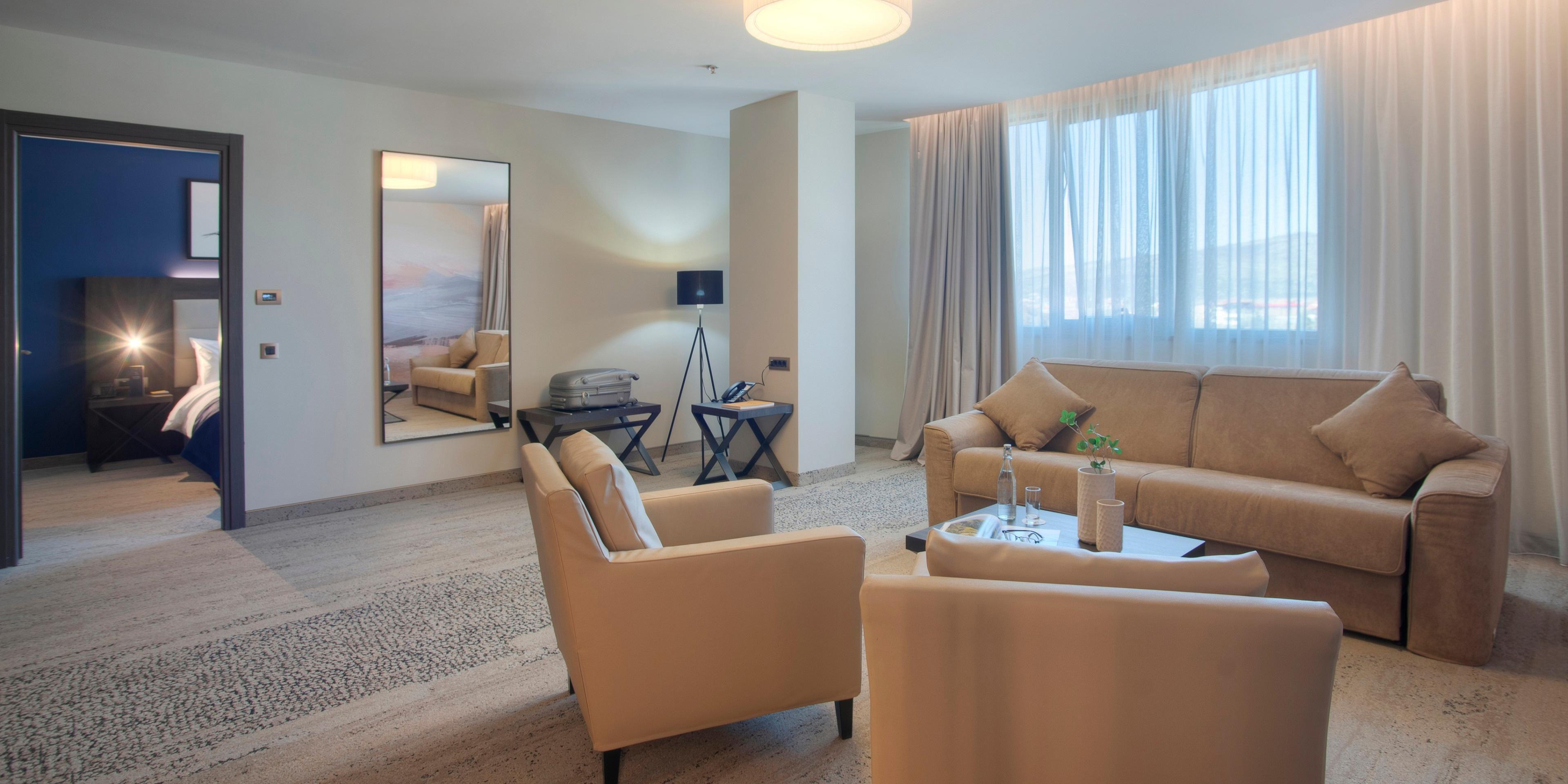 2 bdrm suite 2 king living room